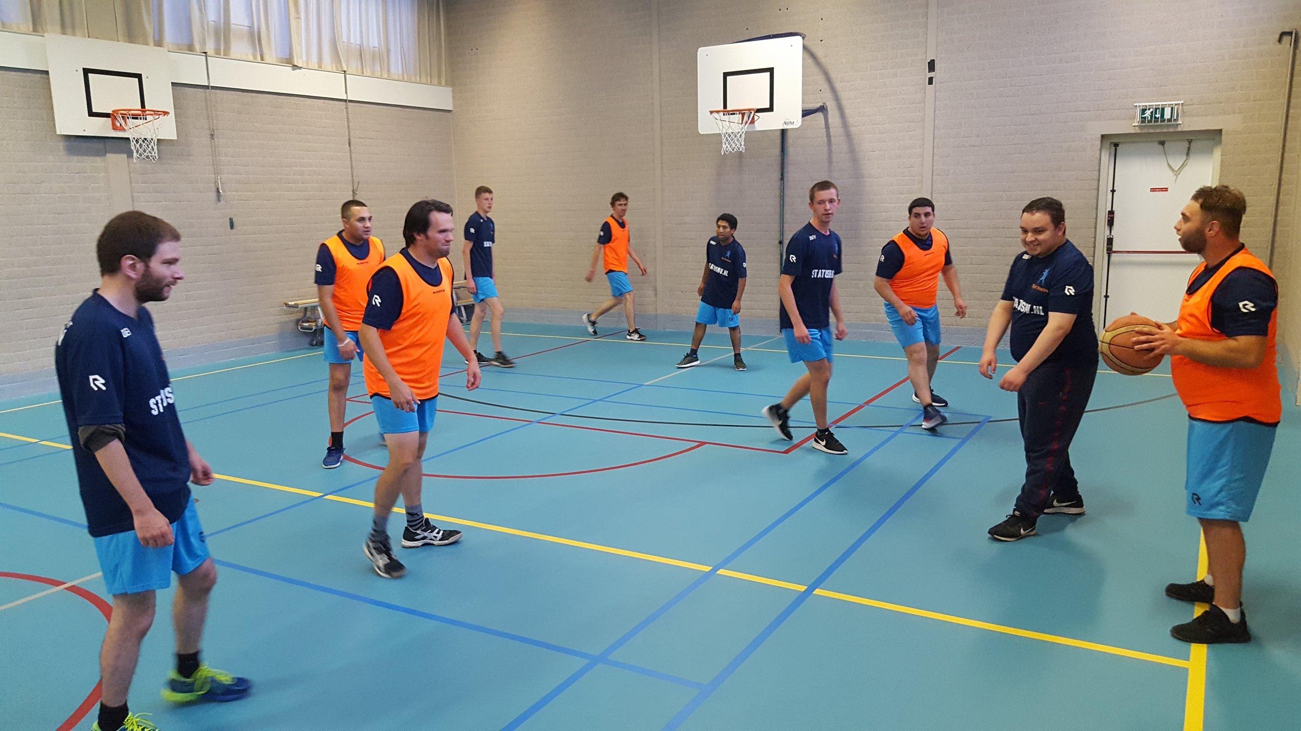 basketbal in de gymzaal